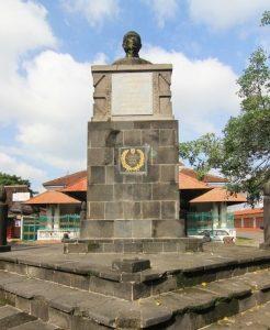 (image : indonesiakayacom) Pada bagian depan museum, terdapat patung Rangga Warsita, seorang pujangga besar yang hidup di Surakarta pada abad 19