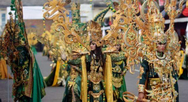 Peserta mengenakan kostum Sriwijaya saat tampil di Jember Fashion Carnaval (JFC) ke-16 di Jember, Jawa Timur, 13 Agustus 2017. JFC ke-16 bertema Victory atau Kemenangan menampilkan delapan defile yang kostumnya pernah memenangkan kostum terbaik di sejumlah kontes dunia, seperti kostum Borobudur, Bali, dan Borneo. ANTARA FOTO
