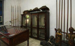 (image : indonesiakayacom) Ruang Tosan Aji (logam berharga) menyimpan berbagai jenis senjata yang terbuat dari logam. Selain itu, ada pula arca dan miniatur rumah joglo