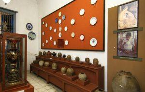 (image : indonesiakayacom) Ruang Keramik menyimpan berbagai keramik peninggalan masa Belanda. Ada pula piring sewon yang dibuat untuk memperingati 1.000 meninggalnya seseorang