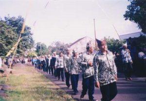 Info Budaya Indonesia Barisan kelompok aparat Desa Kemiren sebagai peserta prosesi ider bumi (Foto: Eko Wahyuni Rahayu)