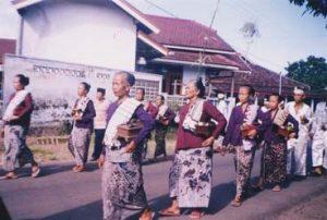 Info Budaya Indonesia Ibu-ibu anggota Pkk Desa Kemiren juga berpartisipasi dalam prosesi ider bumi (Foto: Eko Wahyuni Rahayu)