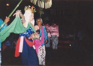 Info Budaya Indonesia Prosesi Seblang di Desa bakungan Dalam Peristiwa Selamatan Desa Tahun 2001 (Foto: Eko Wahyuni Rahayu)