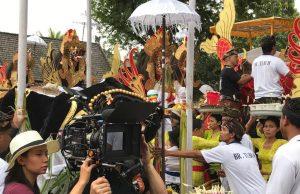 "Sutradara Livi Zheng saat syuting film ""Bali: Beats of Paradise"" di Indonesia (Dok: Livi Zheng) (Image voaindonesia com)"