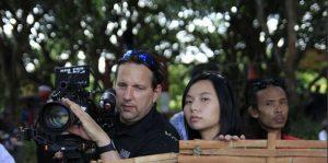Livi Zheng (tengah) bersama kru kamera saat syuting di Indonesia (Dok: Livi Zheng) (Image voaindonesia com)
