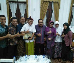 Pengurus Perkumpulan Kesenian Ludruk Irama Budaya Sinar Nusantara Foto Bersama Pak De dan Bude Karwo