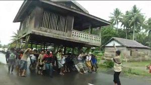 info budaya indonesia pergeseran budaya : Tradisi memindahkan rumah dengan diangkat (image okezone com)