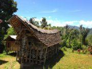 Tongkonan di Papa Batu, desa Desa Banga - Bittuang. Menurut keterangan Tongkonan yang berumur lebih dari 700 tahun ini sudah dihuni lebih dari sepuluh generasi. (Image BongaToraja com)