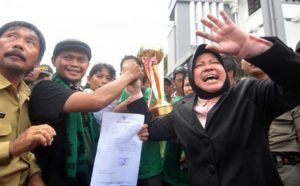 Di depan ribuan Bonek mania Wali kota Surabaya, Tri Rismaharini bersama perwakilan Bonek mania menunjukkan surat yang ditujukan kepada PSSI pusat tentang aspirasi Bonek mania (Image : tribunnews com)