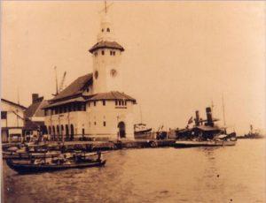 Wisata Sejarah Info Budaya Mercusuar di Pelabuhan Tanjung Perak Surabaya (Image : cakmaryanto wordpress com)